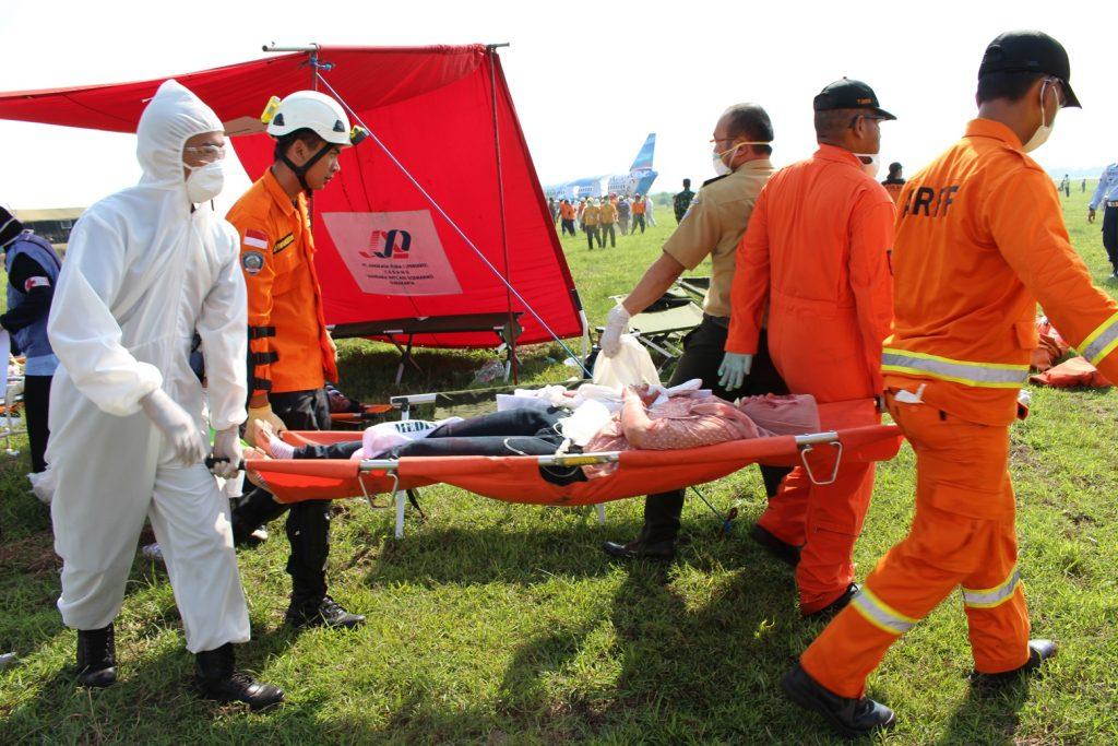 Tim KKP & AFFR Bandara Adi-Soemarmo mengevakuasi korban terjangkit virus MERS (PKD Dirja 86 Bandara-Adi Soemarmo)