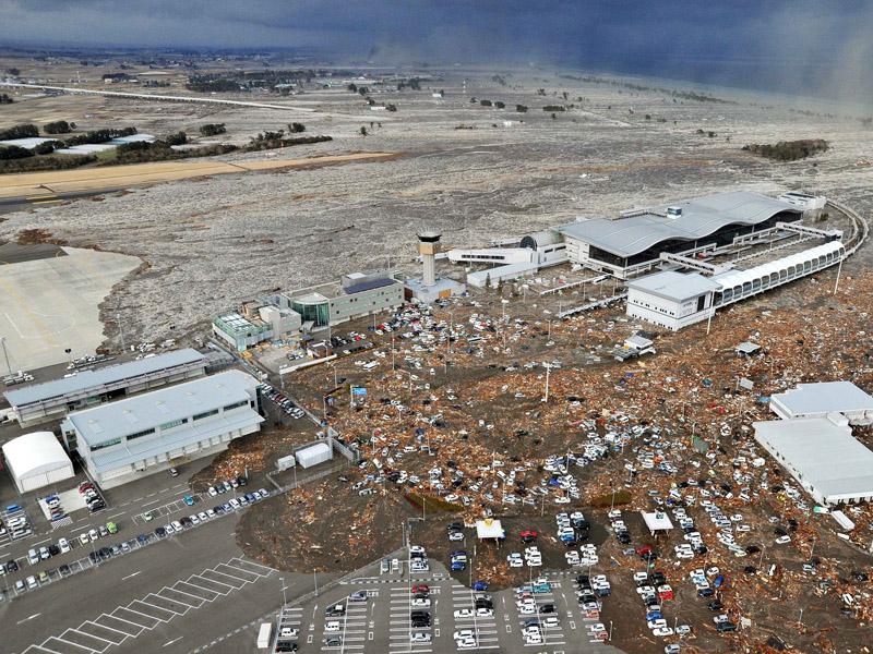 Bandara Sendai Diterjang Tsunami